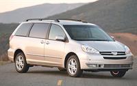 Минивэн Toyota Sienna «бьет» владельцев дверью багажника , фото 1