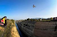 Прыжок Робби Мэддисона через Коринфский канал в Греции