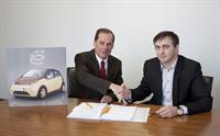 Андрей Бирюков, генеральный директор компании «ё-АВТО», и Вольф-Герд Диффенбахер, президент и генеральный директор компании Dieffenbacher, при подписании договора в головном офисе компании Dieffenbacher в городе Эппинген